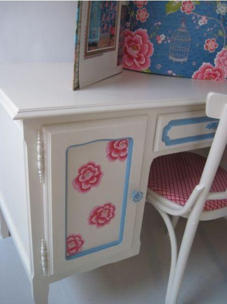 Afm. h x d x b = 81 x 65 x 126 cm. Prachtige grote Bretoense bureau en stoel.  Met zijn 3 schuiven, een grote schuif in het midden en nog eens een kastje met legplank is er meer dan voldoende bergruimte. Decoratie is volledig hand geschilderd geheel passend bij bij het behang. Deze klant koos er het Pip behang Birds in paradise donker blauw bij. Gerestyled in wit RAL 9001 ( gebroken  wit ). http://www.mimi-enco.be/?p=28249 #kinderbureau #kindermeubelen #kinderkamers