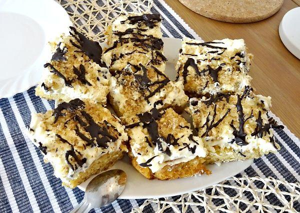 Úžasný dezert z načechraného korpusu potřeného lahodným sladkým krémem, dozdobeného ořechy a čokoládovou polevou ... původně se dělá z pomazánkového másla, ale mascarpone mu dá další chuťový rozměr!