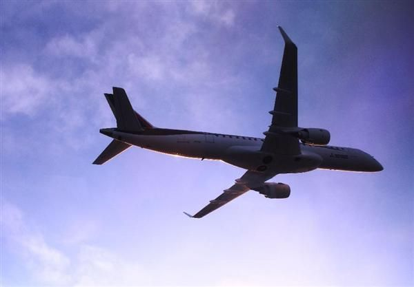 米西部ワシントン州の上空を飛行するMRJの試験3号機=3月31日(三菱航空機提供) / MRJ3号機が米国到着 不具合でハワイに足止め2週間遅れ 検査は全4機態勢に #MRJ #ハワイ