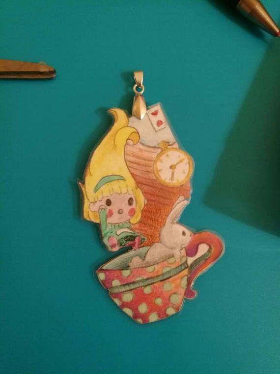 Ciondolo Alice in Wonderland dipinto amano. IAIOI