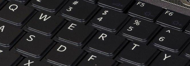 """Existe uma série de mitos e informações desencontradas acerca do desenvolvimento do teclado """"universal"""" que conhecemos hoje, o chamado """"QWERTY"""" – nomeado pura e simplesmente devido às seis primeiras letras na fileira de teclas.Porém, essas várias teorias parecem concordar que o layout QWERTY está i"""