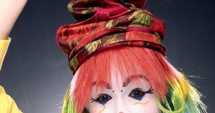 Como fazer uma gola de palhaço plissada com papel. A fantasia de palhaço é um eterno favorito no Dia das Bruxas. Junto com os sapatos grandes, peruca de arco-íris e nariz vermelho, uma gola de babados branca é um detalhe que adiciona autenticidade ao traje. A gola de babados é um elemento tradicional de trajes de palhaço que é um pouco mais inesperada e criativa do que o laço mais comumente visto. ...
