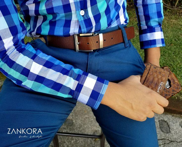 Conoce la línea exclusiva de Zankora, camisa slim fit de cuadros azules, pantalón turquesa, cinturón de piel café, tarjetero y funda en piel de pitón #Deluxe #HighLifer High Fashion Men, Mens Fashion, Men's Clothing, Sd, Physique, Glamour, Outfits, Elegant, Fitness