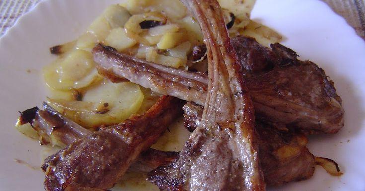 INGREDIENTES:   (Para 2 Personas)     16 chuletas de cordero de palo  2 patatas medianas  1 cebolla  Ajo en Polvo  Romero Molido  Pimien...