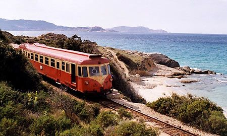 Belle façon de visiter... à faire ! Train de Corse © Philippe Mirville