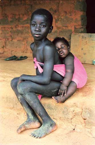 brother and sister, guinea-bissau • anna boyé soooo sweet! i love their bright pink wrap against their skin!