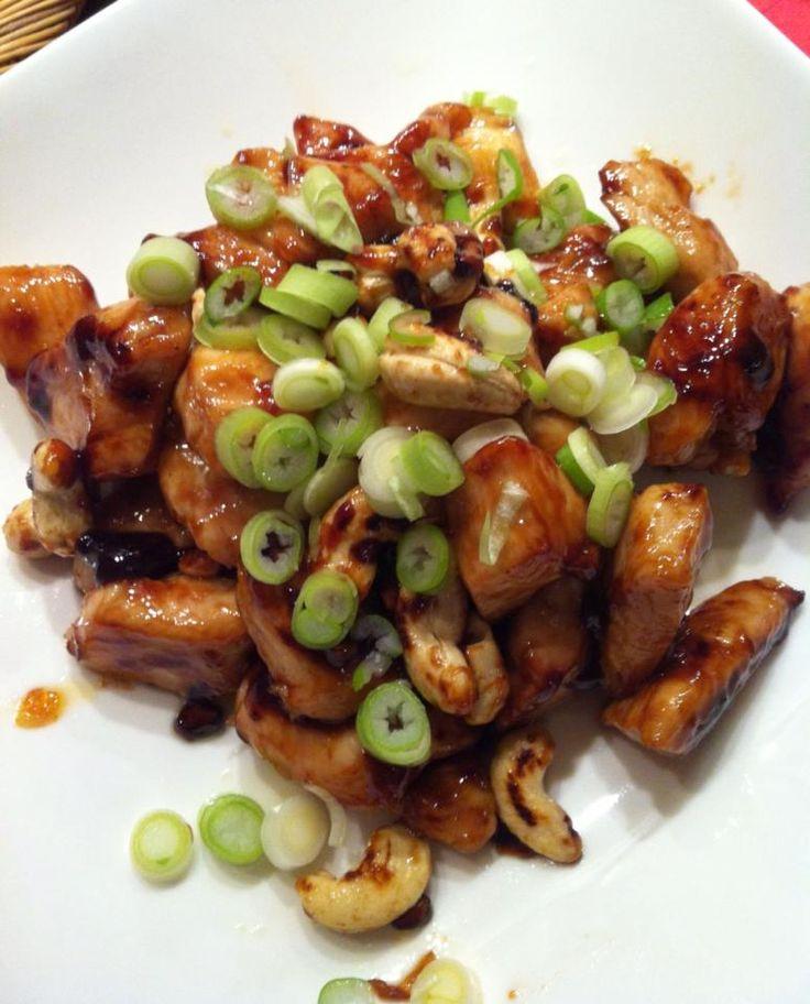 Een heerlijk receptje van culinair journaliste Mieke van Laarhoven, dat we op Facebook lazen en uiteraard niet konden weer staan. Op het menu: kip-karamel met cashewnoten! Verhit 3 el olie met gehakte knoflook, de vissaus, oestersaus en rietsuiker plus een snuf peper in een koekenpan. Inkoken tot het redelijk stroperig is. De kipblokjes erdoor scheppen […]