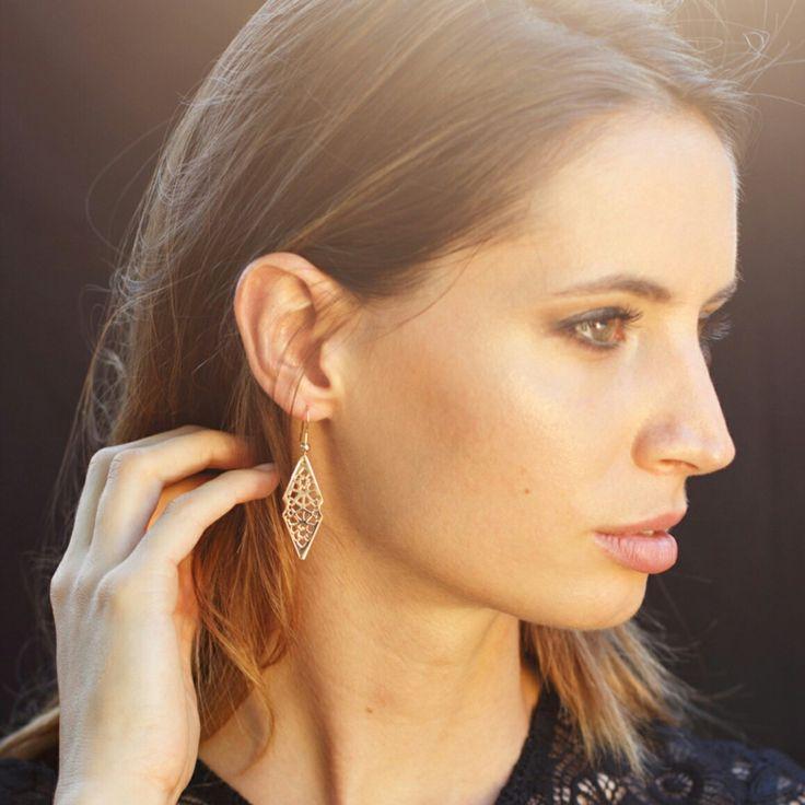 Boucles d'oreilles losanges ajourés en plaqué or. #bijoux #moucharabieh #bijouxchic #bijouoriental#bijouxdecreateur