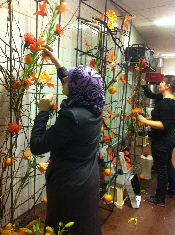 Pynter med appelsiner og blomster