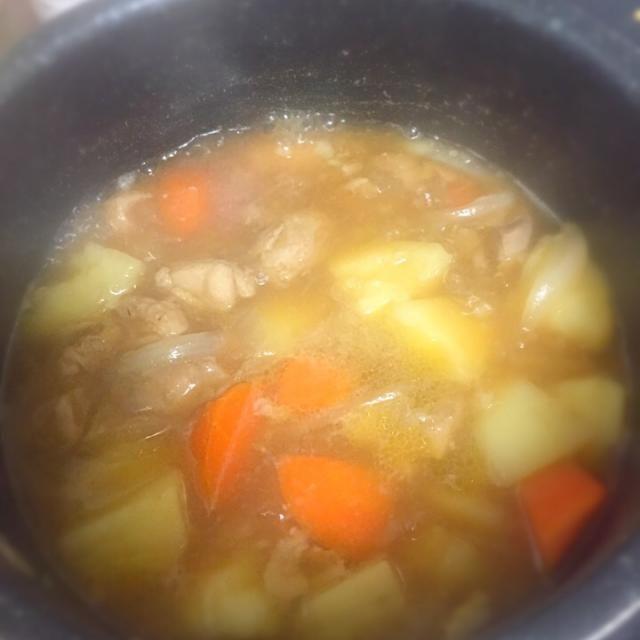 すき焼きのタレを使って鶏肉と人参、じゃがいも、玉ねぎを煮込んで肉じゃが風(笑) - 3件のもぐもぐ - 肉じゃが風 by aptx48692328