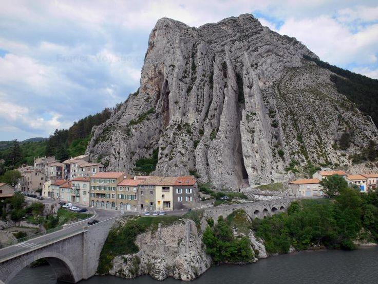 Sisteron: Rocher de la Baume (Balsem van de berg) met uitzicht op de huizen langs de rivier de Durance - France-Voyage.com