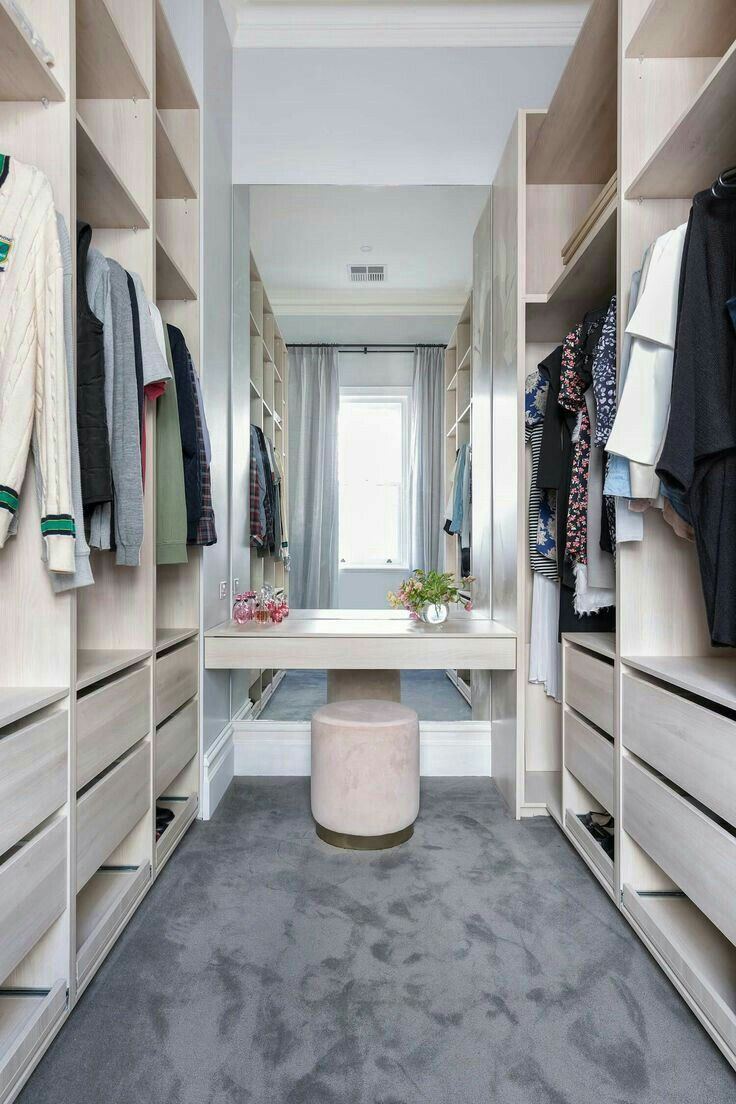 Begehbare Kleiderschrank Walk-in Closets. Large Or Small, A Walk-in Closet Is A Room All Its Own. A High-qua… | Kleiner Begehbarer Kleiderschrank, Begehbarer Kleiderschrank, Ankleiderzimmer