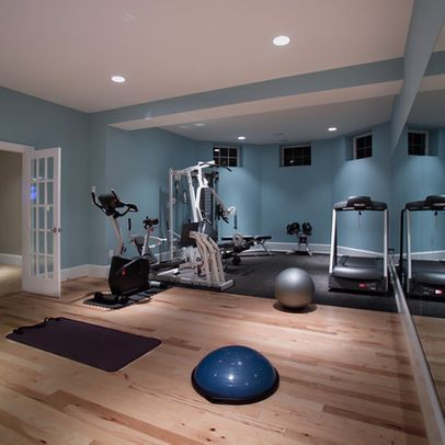El cuarto de ejercicio: el cuarto de ejercicio está a la izquierda del cuarto de juegar El espejo/la pared: el espejo está dentro de la pared