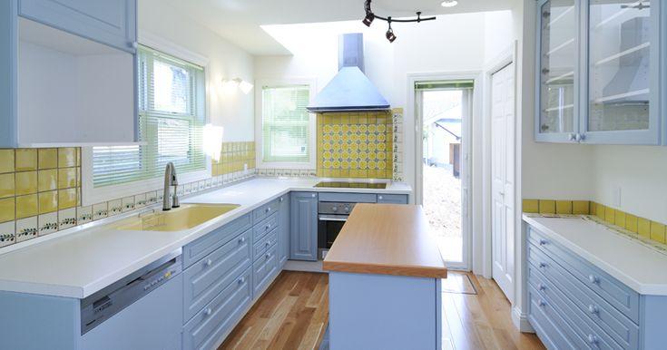 今回は 新築住宅に設置したフレンチカントリーなオーダーキッチンを紹介します 框付きの扉にブルーグレーのマットな塗装が施されていて とてもかわいい雰囲気になりました オーダーキッチン L型キッチン キッチンアイデア