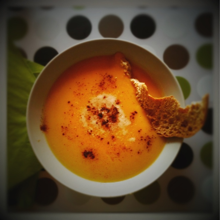 cream of pumpkin soup and potatoes with thyme, parmesan cheese and cinnamon, accompanied by a crouton