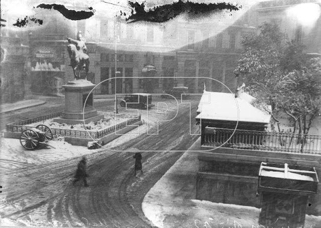 Φιλικη Εταιρεια: Αθήνα 1930. Συμβολή Σταδίου και Κολοκοτρώνη.Το άγαλμα του Κολοκοτρώνη , έργο του Λάζαρου Σώχου στην παλιά του θέση, πρίν μεταφερθεί μπροστά στο κτίριο της παλαιάς Βουλής.