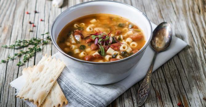 Recette de Minestrone (soupe de pâtes aux légumes) pour conserver son bronzage. Facile et rapide à réaliser, goûteuse et diététique.