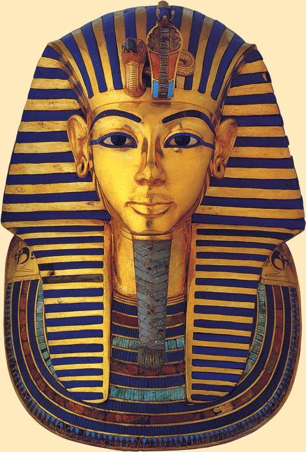 Vista frontal de la máscara funeraria de Tutankhamón. Foto en Tesoros egipcios de la colección del Museo Egipcio de El Cairo