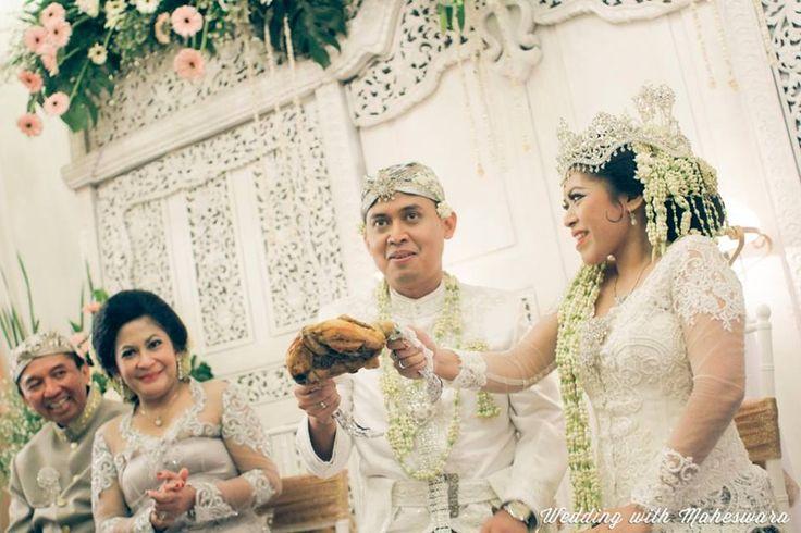 Dalam pernikahan adat Sunda Jawa Barat terdapat acara pabetot, yakni berebut daging ayam yang dilakukan pasangan pengantin.