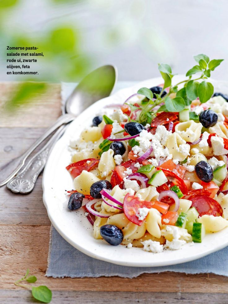 Pittige pastasalade met salami, komkommer en feta