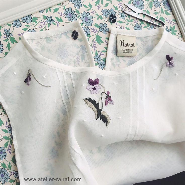 いいね!1,036件、コメント12件 ― Rairaiさん(@rairai_ws)のInstagramアカウント: 「付け襟のような、ジレのような 、ビブのような…? 重ね着用のアイテムを製作中。 ・ コットンオーガンジーに、#装う刺繍身につける刺繍  のカットワークのハンカチの図案をアレンジしてみました。 ・…」