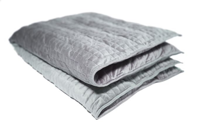 This Weighted Blanket May Help With Stress & Anxiety, So Get Ready To Hit That Snooze Button