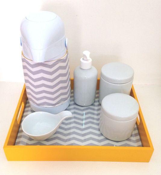 Lindo Kit Higiene para o enxoval do seu bebê.  Composto por garrafa térmica de pressão, dois potinhos de porcelana, aparador de água, bandeja sobreposta por tecido e vidro. R$ 215,00