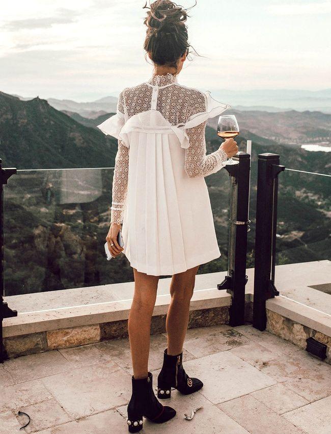 | thekatelynadair | Selbstporträt – Langärmliges Krepp-Minikleid mit Spitzenbesatz, Weiß von Neiman Marcus und Gucci – Stiefeletten mit mittelhohem Absatz $ 1590 __________________________ Damenmode, Weiß, Top Bun, Frisuren, Reisefotografie, schwarze Lederstiefel, Fernweh,