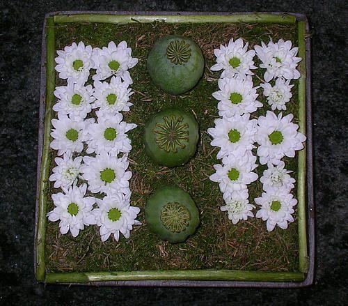 Bloemschikken Allerheiligen - Allerheiligen bloemstuk maken - Bloemschikken Allerheiligen met chrysanten allerheiligenbloemstuk maken voor op het graf - Allerheiligen bloemstukje zelf maken
