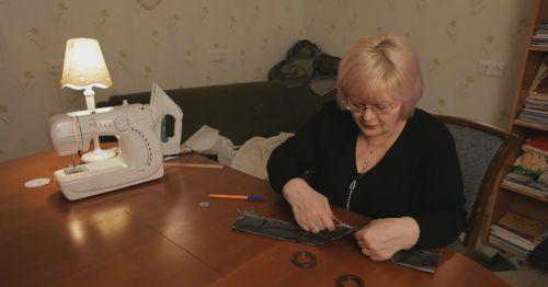 A kézműves nő a függönyzsinórhoz hozzávarrt egy darab anyagot… Én is ilyen kiegészítőre vágytam! - Ketkes.com