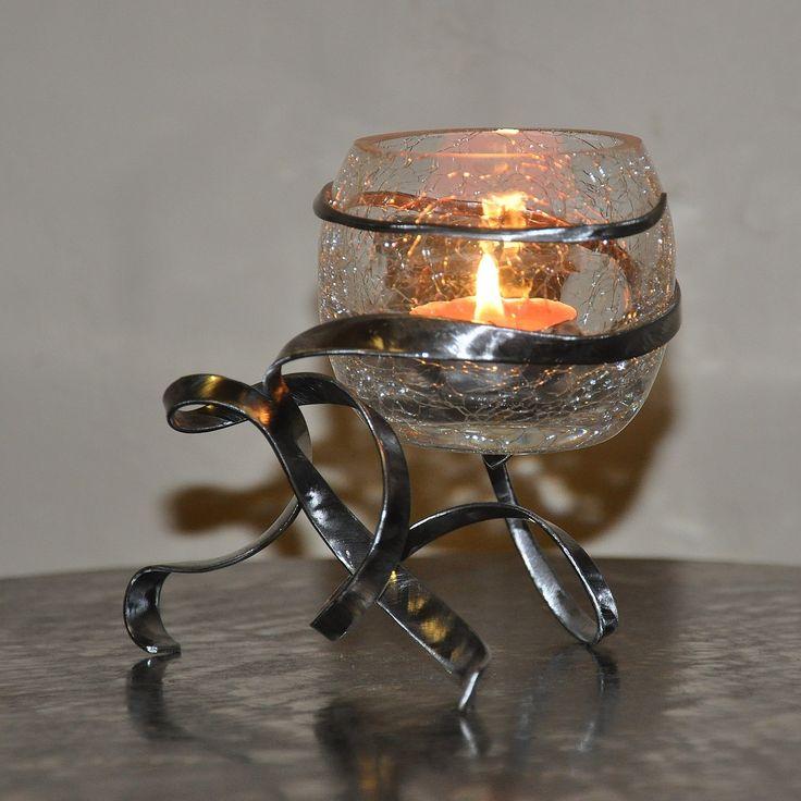 photophore boule en verre craquelé rouge sur son support en fer forgé : Luminaires par blandin