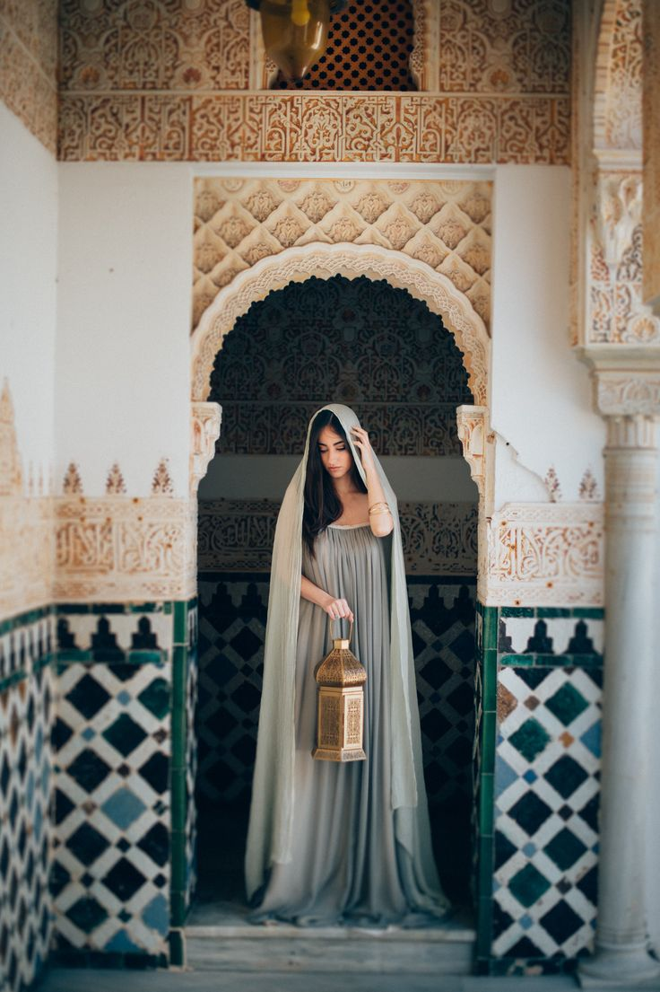 Gold arabic lantern in arabic style couple shoot with olvie green watercolor wedding gown | A Very Beloved Wedding | A Very Beloved Bloom | Gown: Elfenkleid | Photo: Manuela Kalupar #destinationweddingspain #coupleshoot #arabicstyle #destinationweddingmallorca #bestbouquets #lantern #alhambra