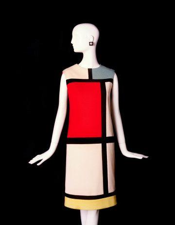 1965 Yves Saint Laurent (1936-2008) brengt zijn Modriaanjurk uit, geïnspireerd op de schilderijen van de Hollandse schilder Piet Mondriaan. Een jaar later ontwerpt hij Le Smoking, het eerste mannenpak voor vrouwen.