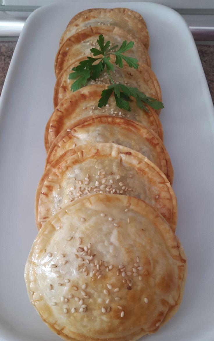Ingredientes:   1 bolsa de obleas para empanadillas  1 contramuslo de pollo o media pechuga (al gusto)  8 champiñones medianos  Acei...