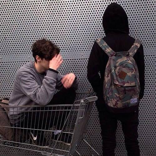 Mikky and Joey | Sie waren angetrunken und sind einkaufen gegangen. Es schien eine gute Idee, sich in den Einkaufswagen zu setzen und das zu fotografieren.