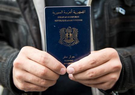 Un reporter néerlandais a réussi à obtenir un faux passeport syrien en à peine 40h. Il craint que ce trafic ne permette à des djihadistes de circuler sans encombre au sein de l'espace Schengen. Ne sont pas réfugiés syriens tous ceux que l'on croit. Le...