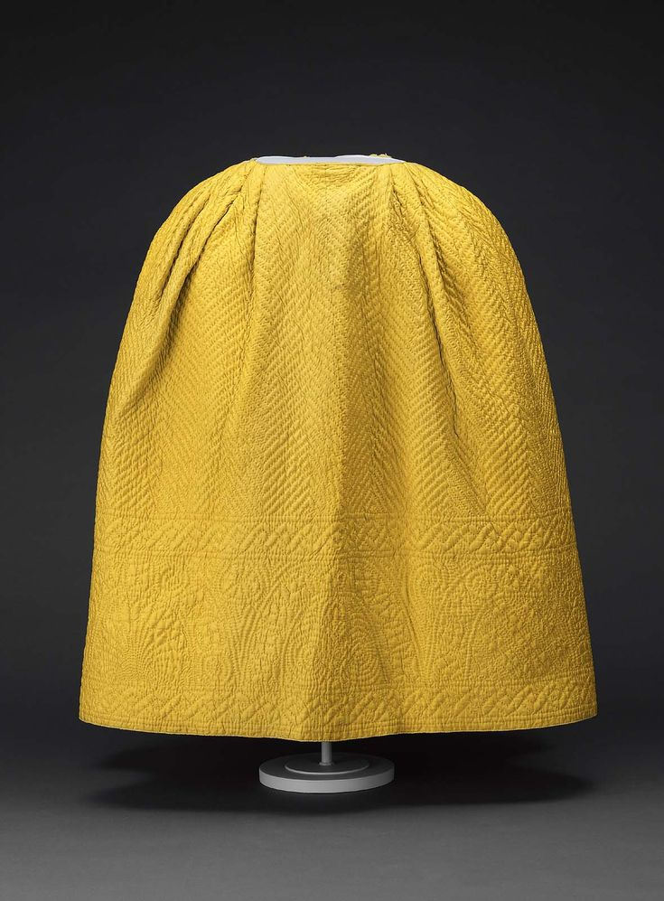 18th century - Petticoat - Silk plain weave and printed cotton lining quilted, with silk ribbon binding and linen tapes