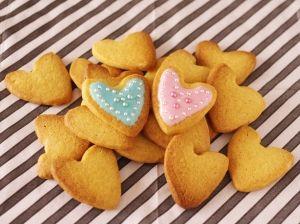 楽天が運営する楽天レシピ。ユーザーさんが投稿した「ホットケーキミックスで簡単☆アイスボックスクッキー」のレシピページです。ホットケーキミックスで簡単、大量生産対応! 型抜きなしのクッキー生地です。アイシングはコルネを使わずスプーンで塗るだけ、アラザンでキラキラ可愛く仕上がります♪。アイスボックスクッキーでアイシングクッキー。ホットケーキミックス,無塩バター,グラニュー糖,卵黄,アイシング,アラザン(銀・カラー)