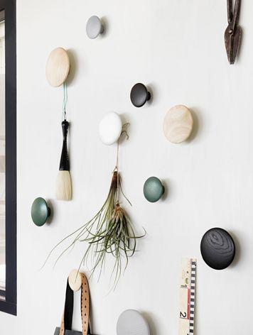muuto(ムート)の丸い無垢の木の壁付けコートフック、THE Dots Coat Hooks ザ ドッツ コートフック。シンプル・おしゃれな北欧デザインの壁掛けフック、廃盤カラー。