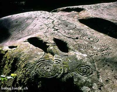 Selbst in der Schweiz sind Spiralen in Petroglyphen zu finden, wie zb. hier in der Viamala-Schlucht in Carshenna, Graubünden: