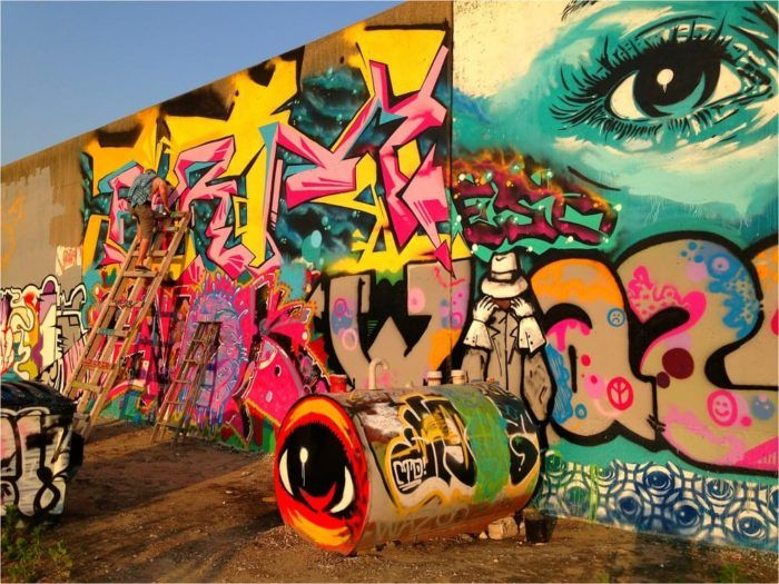 7 Bizarre Roadside Attractions Around St Louis That Will Make You Do A Double Take Graffiti Graffiti Wall Painting