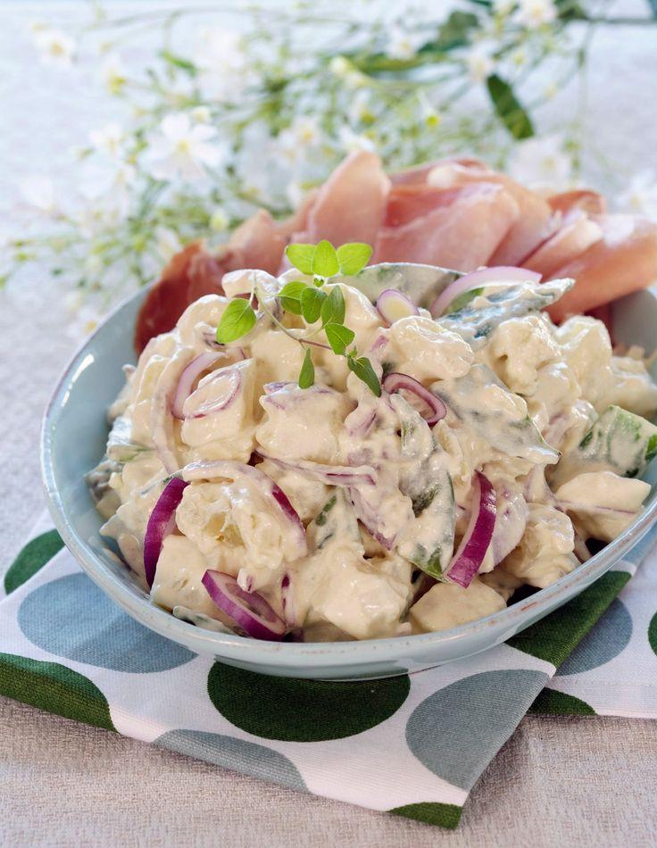 Potetsalat med sennep og mild curry er en oppskrift med mye smak som passer godt som tilbehør til spekemat, grill eller til sommerens koldtbord.