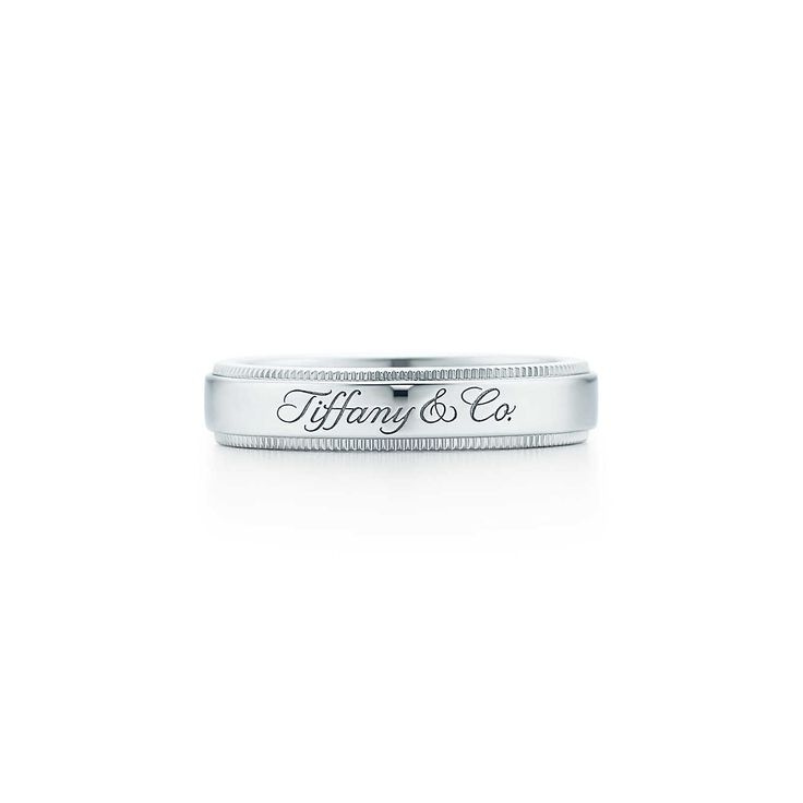 Anel Tiffany Notes™ em platina com uma borda milgrain, largura de 4 mm. | Tiffany & Co.