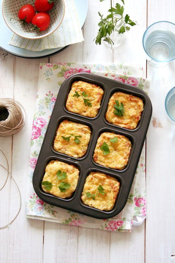 Pastelitos de patata queso parmesano y bacon. Potato cakes with parmesan cheese and bacon.