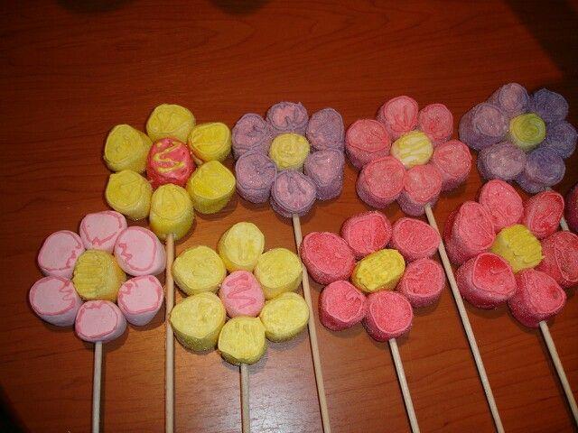 Paletas de bombones para decorar fiestas infantiles. Se unen con palillos para dientes.