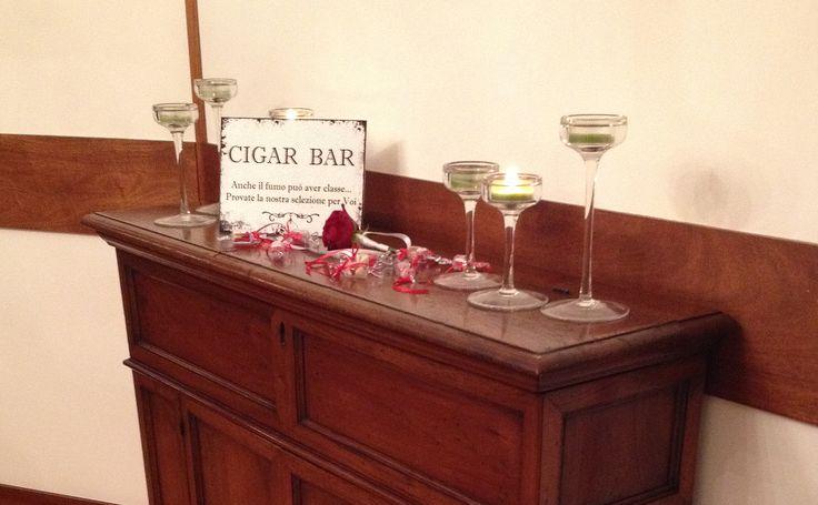 Gli Sposini Spensierati curano tutti i dettagli... senza cartello non è un Cigar Bar che si rispetti!