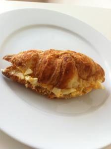 La inspiración para esta receta me vino de uno de mis sándwiches favoritos, un clásico en Inglaterra. Se trata del sándwich de pan integral con relleno de huevo cocido, mayonesa y brotes de canónig…