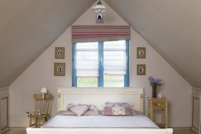Łóżko w sypialni z dużymi skosami. Fot. Rafał Lipski http://www.werandacountry.pl/domy/urzadzamy-dom/17244-sypialnia-mala-i-dobrze-urzadzona #bedroom #design #home #diy #house #architecture #project #small #room #dog #funny #great #rustical #boho #romantic #inspirations #pics #best  #sypialnia #łóżko #aranżacja #inspiracje #pies #biały #mała #pokój #mały #dom #rezydencja #country #styl #prowansalski #rustykalny #country