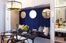 gemütliche essecke dunkelblaue Wand und gemusterte Kissen
