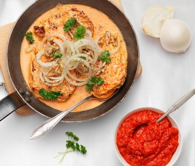 Recept: Kyckling i ajvar, syrad grädde och råmarinerad silverlök